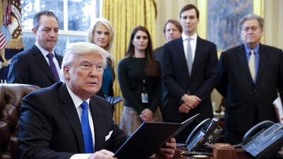 El presidente Donald Trump rodeado de parte de su equipo en el Despacho...