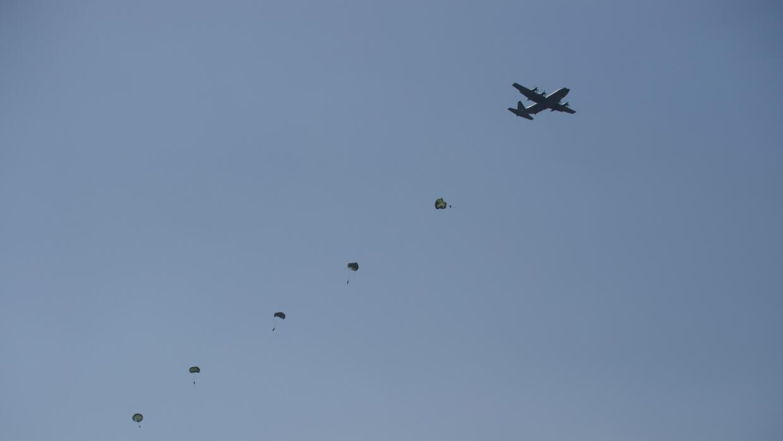 Soldados se lanzan en paracaídas en el marco del ejercicio militar conjunto