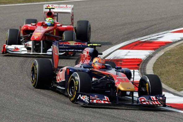Mark Webber de la Red Bull mantuvo a raya al Ferrari de Felipe Massa.