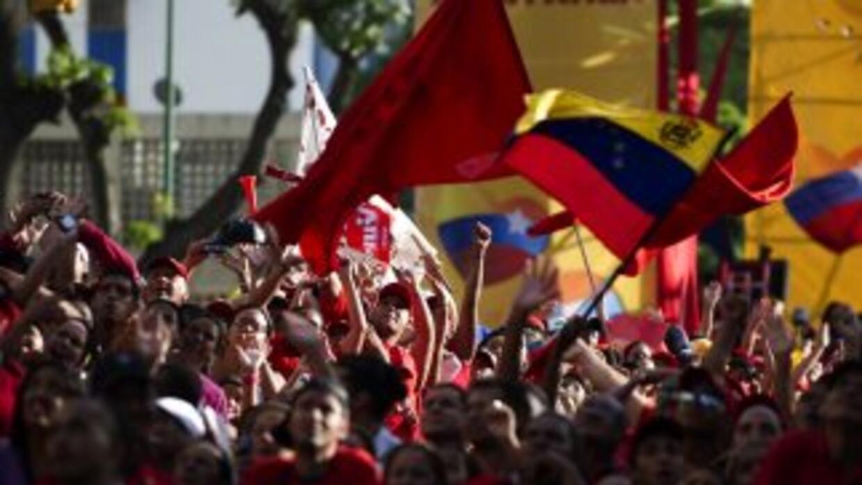 El presidente Hugo Chávez hace campaña rumbo a los comicios generales de...