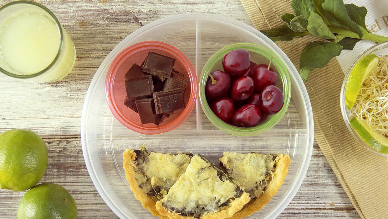 Quiche de espinaca + cuadritos de chocolate + cerezas + agua de alfalfa