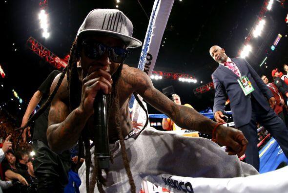 El rapero Lil Wayne acompañó a Mayweather Jr hasta el cuadrilátero.
