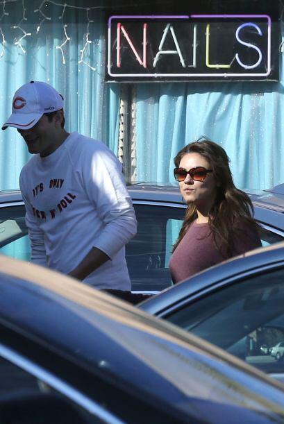 Otra que en su tiempo libre se cuida sus delicadas manos es Mila Kunis,...