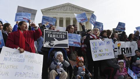 Un grupo de inmigrantes reunidos frente a la Corte Suprema en Washington...