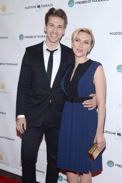 Johansson apostó por un vestido bicolor, plisado y corto de la firma Pro...