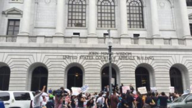 Manifestantes frente a la Corte de Apelaciones del 5to Circuito en Nueva...