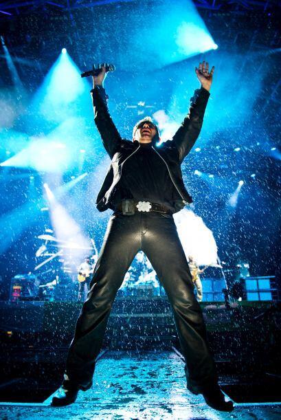 Bono, cantante de la emblemática banda inglesa U2, emocionado dur...