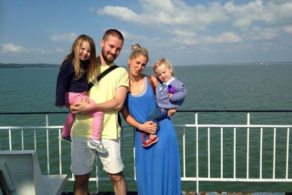 Katie y Phill llevan varios años de novios y tienen dos hija juntos, una...