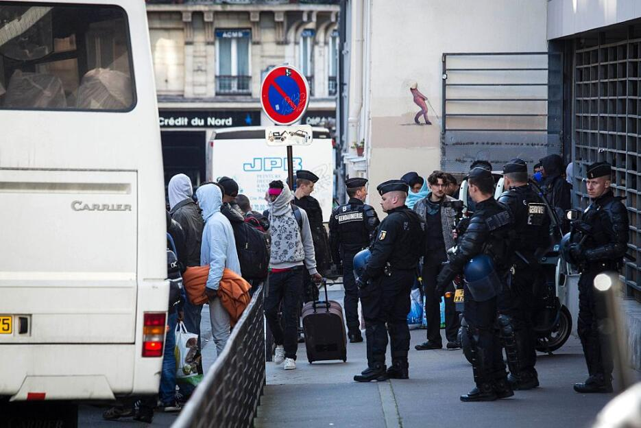 La policía desaloja por la fuerza un instituto de París ocupado por migr...
