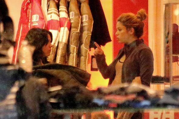 Shakira habló con las vendedoras de la tienda para pedir la talla indica...
