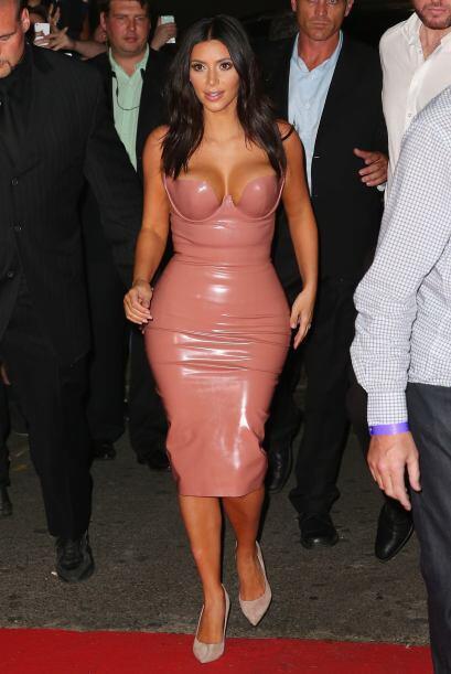 Así es, llegó súper sexy a Australia enfundada en un vestido de cuero.