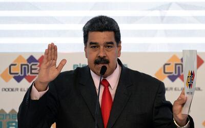 El presidente Nicolás Maduro al recibir del Consejo Nacional Elec...