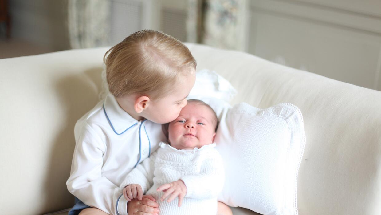 El príncipe George con su hermana, la princesa Charlotte.