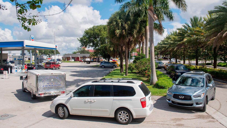 Conductores en línea en una estación de servicio Chevron en Miami el 7 d...
