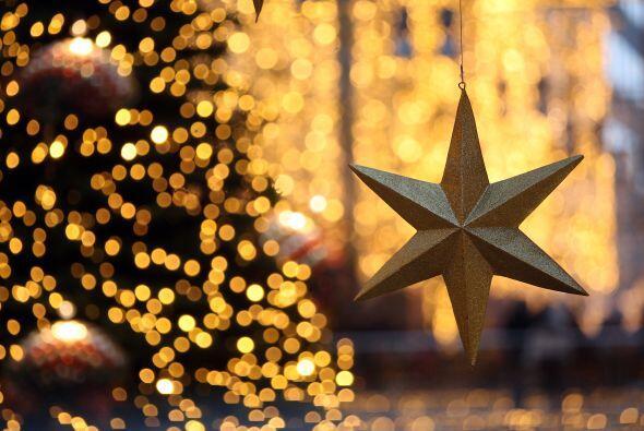 En ningún árbol puede faltar la estrella que se coloca en la punta. Es e...