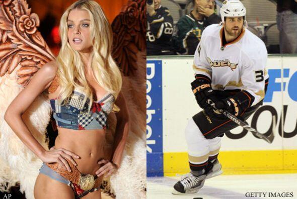 JESSICA STAM Y AARON VOROS: El jugador de hockey y la modelo canadiense...