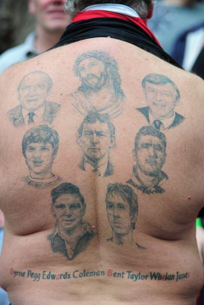 Un fan del Man United muestra sus tatuajes de las leyendas del Mancheste...