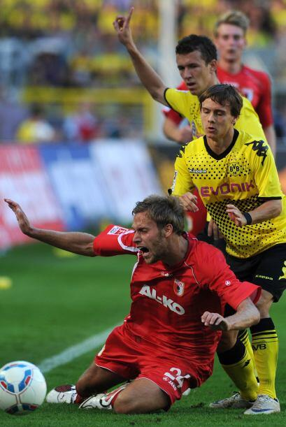 ¡Ahí va el primero! Chris Lowe, del Borussia de Dortmund va empujando ri...