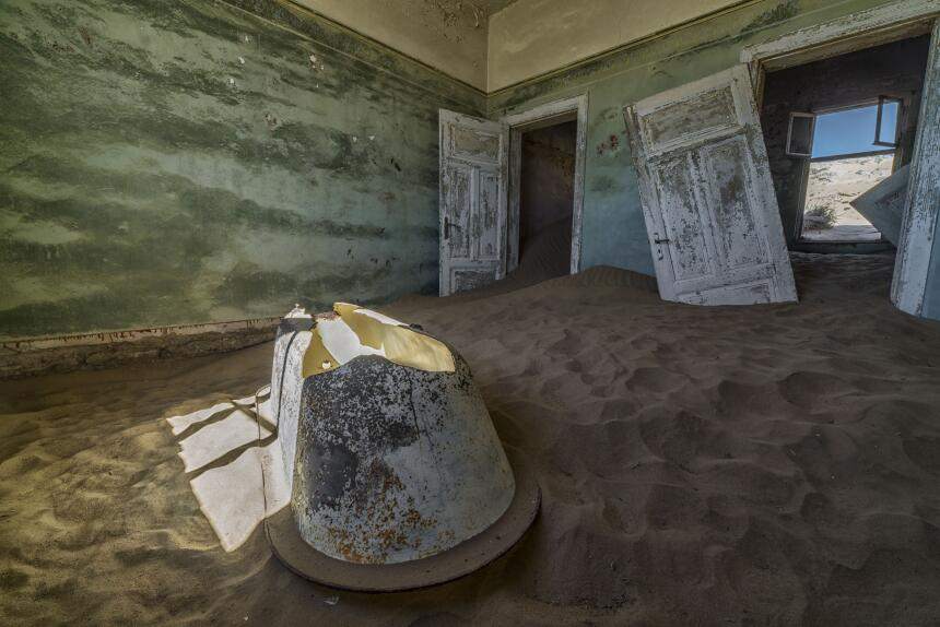 Las casas de un pueblo fueron cubiertas por arena