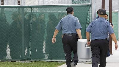 Inmigrantes en un centro de detención de ICE en Texas.