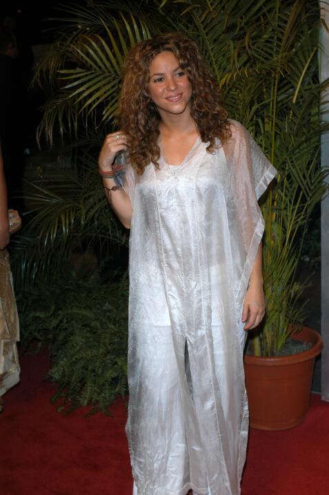 Shakira mide 5′ 2″ (1,52 m).