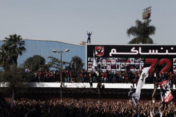 Los incidentes en el estadio fueron protagonizados por hinchas, con la p...