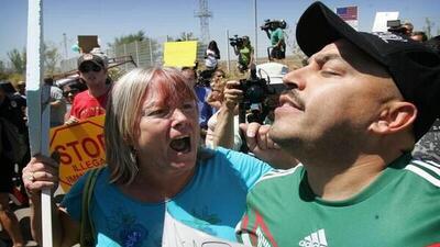 Le escupen a Lupillo Rivera por defender inmigrantes