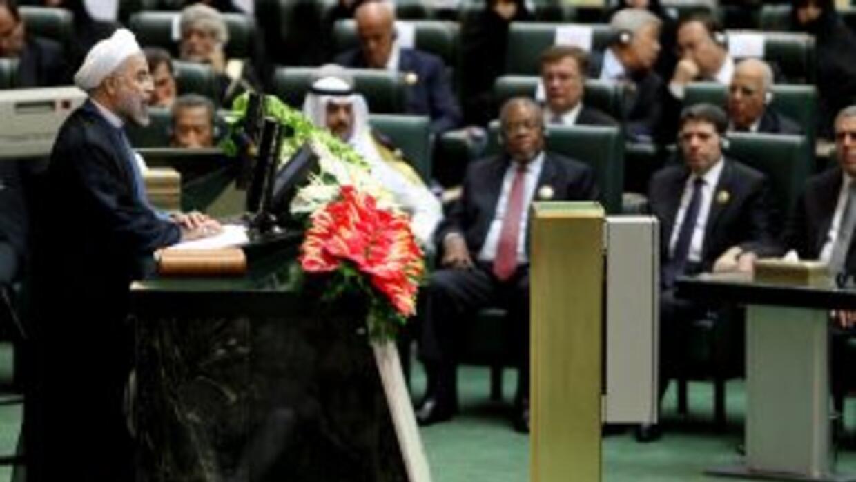 El presidente iraní Hasan Rohani juramentó frente al Parlamento durante...