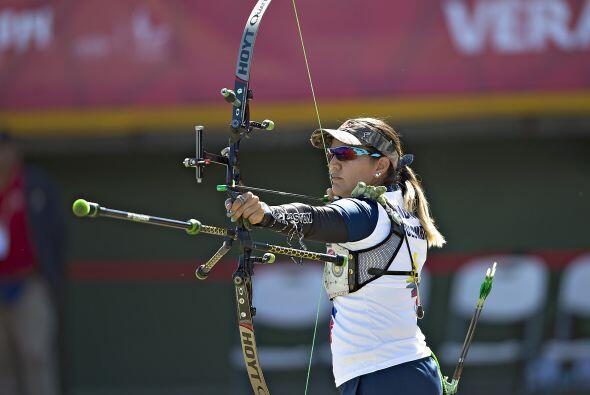 En la prueba femenil individual de arco recurvo, la colombiana Ana Rendó...