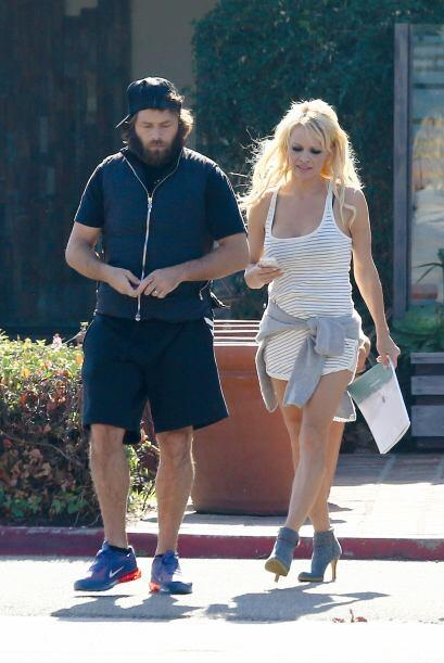 La famosa de 'Baywatch' salió de compras con su marido, Rick Salomon.