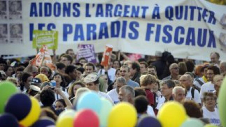 Miles de manifestantes se han congregado en Cannes, sur de Francia, para...