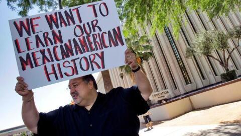 Un manifestante en 2011 a favor de los estudios mexicoamericanos en Ariz...