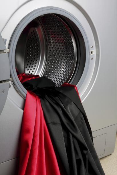 Como las prendas obscuras son las primeras en perder su color, puedes re...