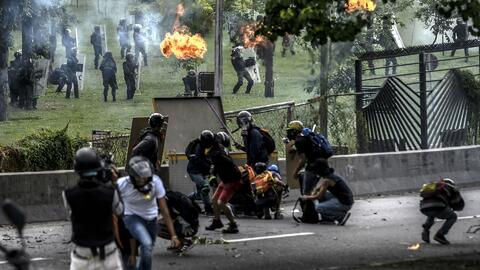 Graban a policías y militares despojando de sus pertenencias a manifesta...