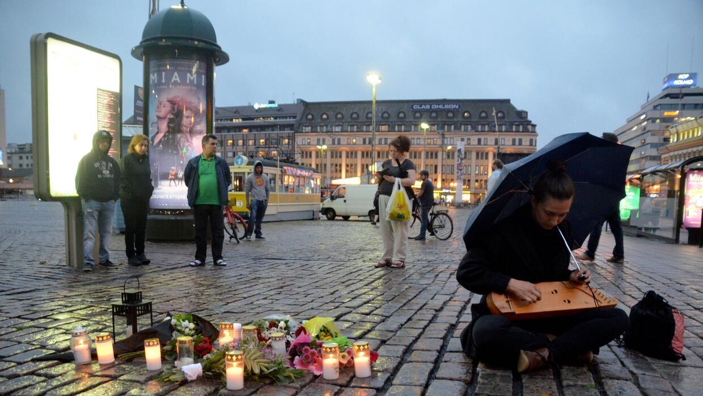 En Turku, Finlandia, rinden homenaje a las víctimas del apu&ntild...