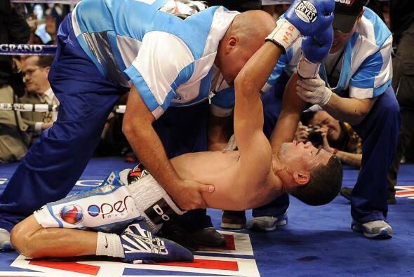 Juan Manuel López retuvo así su cinturón, por lo que celebró en grande s...