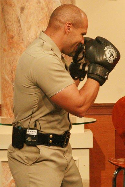 El también miembro del SWAT team, se prepara para pelear con la cantante...