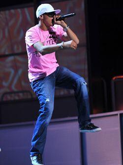 Durante los ensayos, Flex mostró su 'flexibilidad' para bailar y brincar...