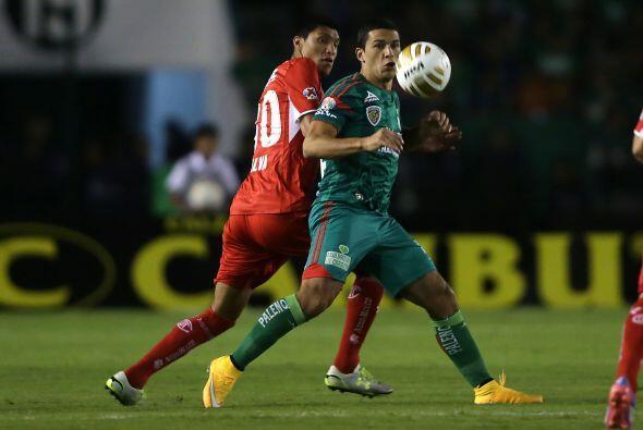 Isaac Díaz, de la escuadra chiapaneca, intenta controlar el balón, mient...