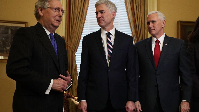 El líder republicano Mitch McConnell (izquierda) se reunió con el juez n...