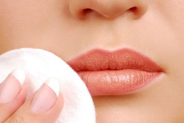 Sé discreta con el uso del labial. Para realzar la forma de tu boca, opt...