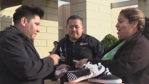 La organización Pasitos con Esperanza está recolectando zapatos para niñ...