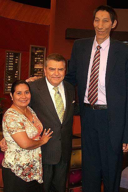 """El """"gigante"""" Margarito Machaguay, que mide 7 pies 5 pulgadas, vive feliz..."""