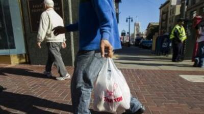 Las tiendas estarán obligadas a ofrecer bolsas de papel reciclado o elab...