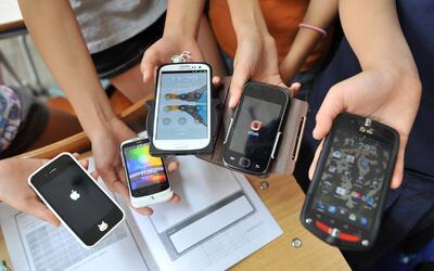 Un grupo de estudiantes muestra sus smartphones tras finalizar una clase...