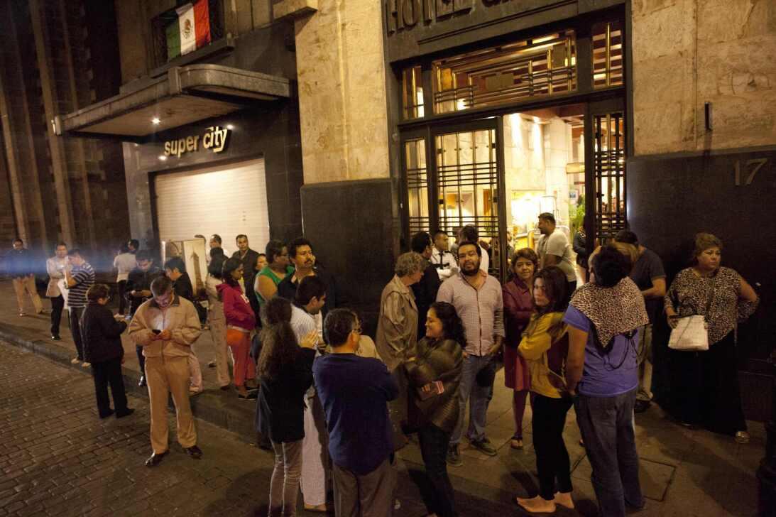 La gente salió a las calles de Ciudad de México debido a fuerte temblor