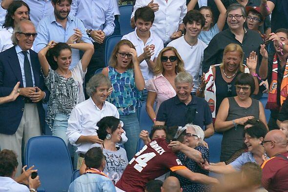 Cuando llegó al asiento donde se encontraba su abuela, Alessandro Floren...