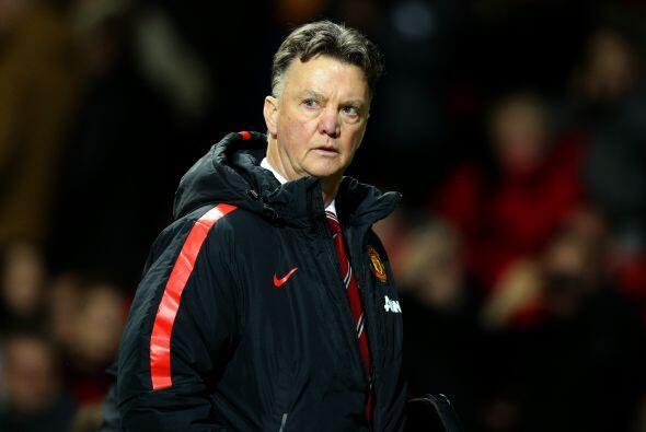 Tras recibir el gol Louis Van Gaal intentó reaccionar con cambios...