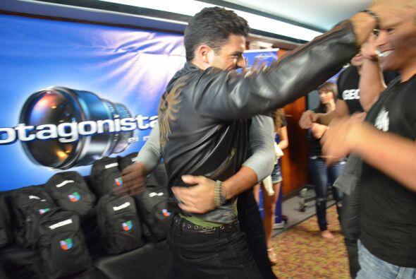Adrián, el otro cubano, se unió a los protagonistas y festejó.