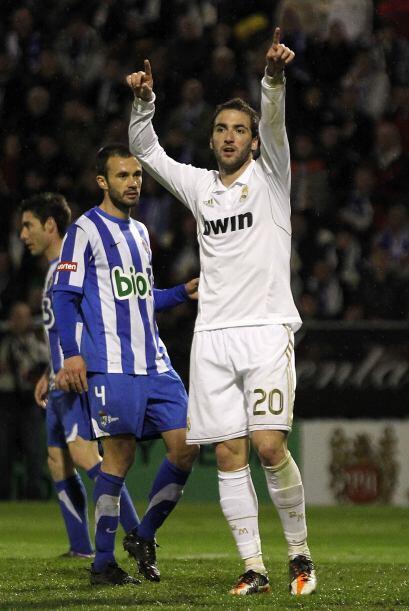Gonzalo Higuaín estuvo cerca de marcar, pero se decidió a buscar un pena...